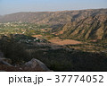 インドのプシュカル 山頂のヒンドゥー寺院から見たプシュカルの街並みと山々  37774052