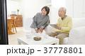 テレビを見る夫婦 37778801