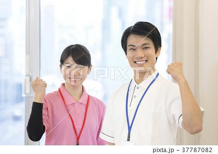 若い介護士 37787082