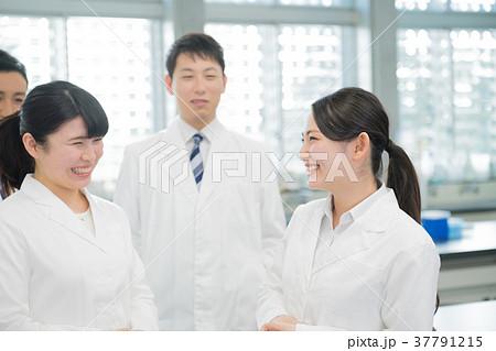 若い女性、研究室、研究者、実験 37791215