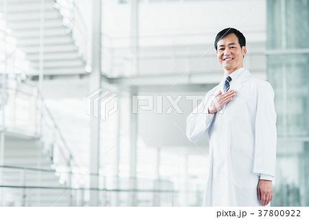 白衣の男性 37800922