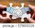 握手するイラストが描かれたジグソーパズルを組みあわせる。 37803528