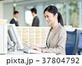 女性 デスク デスクワークの写真 37804792