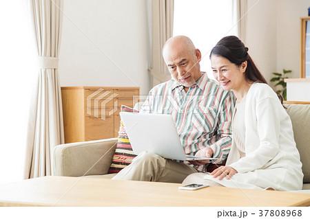 夫婦 カップル ミドル パソコン ライフスタイル カジュアル 37808968