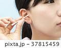 耳掃除をする若い女性 37815459