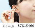 耳掃除をする若い女性 37815460
