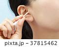 耳掃除をする若い女性 37815462