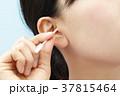 耳掃除をする若い女性 37815464