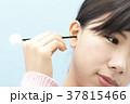 耳掃除をする若い女性 37815466