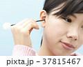 耳掃除をする若い女性 37815467