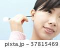 耳掃除をする若い女性 37815469