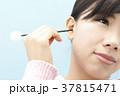 耳掃除をする若い女性 37815471