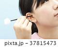 耳掃除をする若い女性 37815473