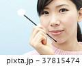 耳掃除をする若い女性 37815474