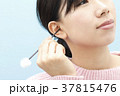耳掃除をする若い女性 37815476