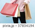 買い物袋を持つ女性 37834194