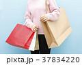 買い物袋を持つ女性 37834220