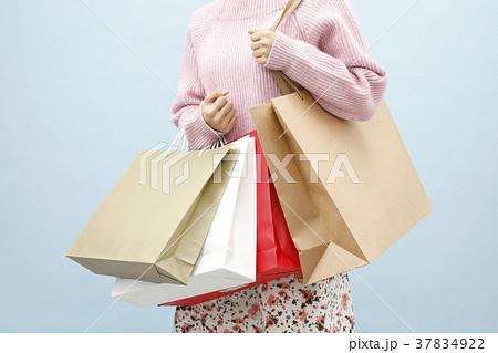 買い物袋を持つ女性 37834922