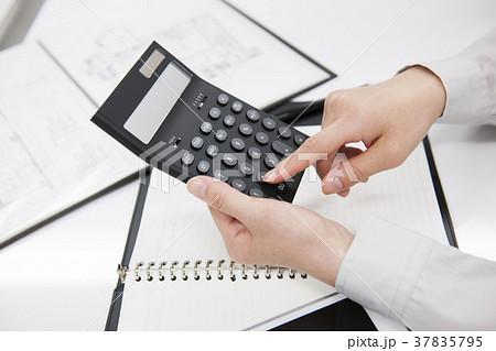 計算をするビジネスマン      37835795