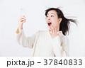 驚くミドル女性(スマホ) 37840833