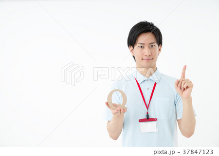 ポロシャツの男性職員 37847123