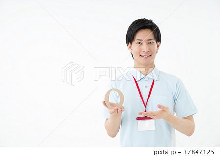 ポロシャツの男性職員 37847125