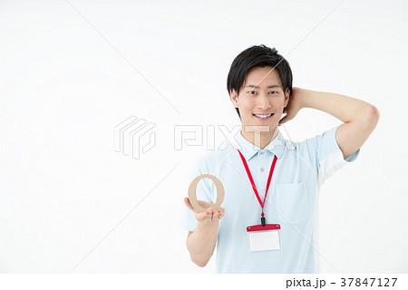 ポロシャツの男性職員 37847127