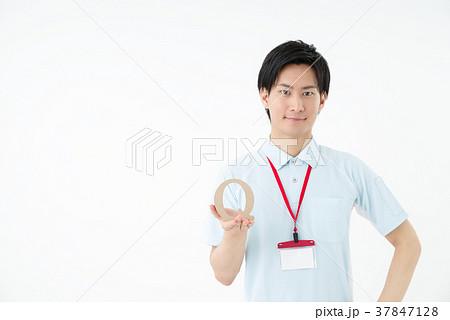 ポロシャツの男性職員 37847128