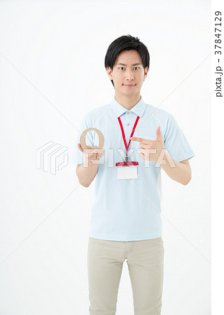 ポロシャツの男性職員 37847129