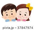 頬を寄せ合う男の子と女の子 37847974