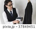 スーツにアイロンをかけるビジネスマン 37849451