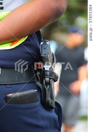 アメリカの警察官の拳銃 37855364
