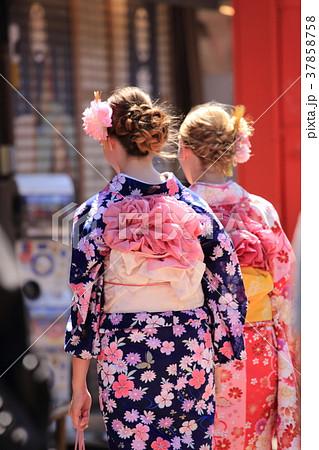浅草 浅草寺 着物姿の外国人観光客 37858758