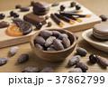 カカオ豆とチョコレート 37862799