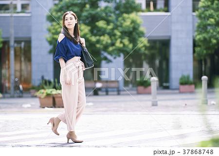 街中を歩く女性 37868748