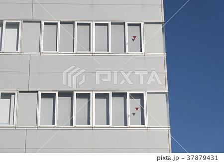 ビルの窓 三角マーク 消防隊進入口 非常用進入口 建築基準法 37879431