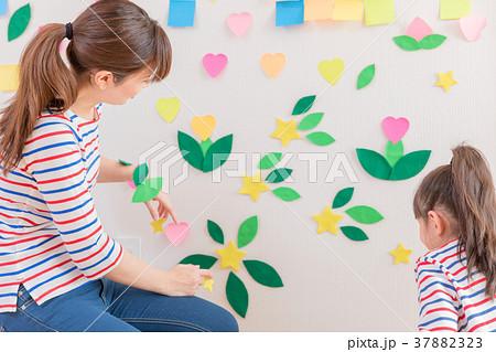 付箋で遊ぶお母さんと女の子 37882323