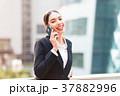 屋外 ビジネス 女性の写真 37882996