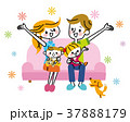 家族 ソファ 笑顔のイラスト 37888179
