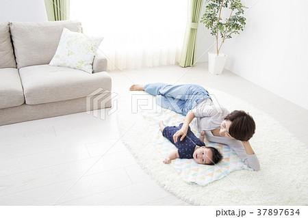 赤ちゃんと寝転がる女性 37897634
