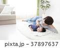 赤ちゃん 女性 育児の写真 37897637