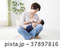 赤ちゃんを抱く女性 37897816