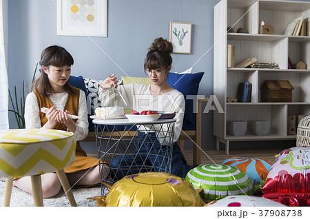 お菓子作りを楽しむ女子 37908738