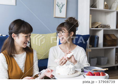お菓子作りを楽しむ女子 37908739