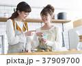 女性 台所 スマホの写真 37909700