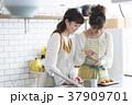 女性 キッチン 台所の写真 37909701
