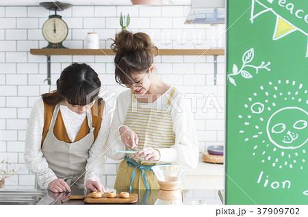 料理をする女性たち 37909702