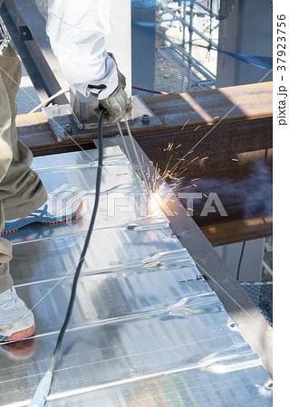 床型枠用鋼製デッキプレート,フラットデッキの溶接状況梁フランジに隅肉溶接 37923756