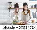 女性 キッチン 台所の写真 37924724