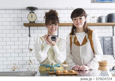料理をする女性たち 37924724